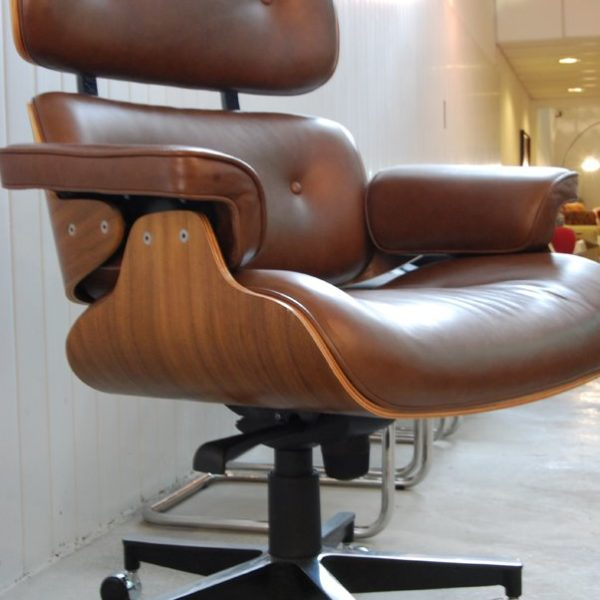 Poltrona Charles Eames com rodízio