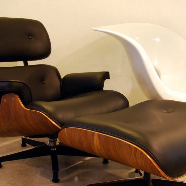 poltrona Charles Eames preta